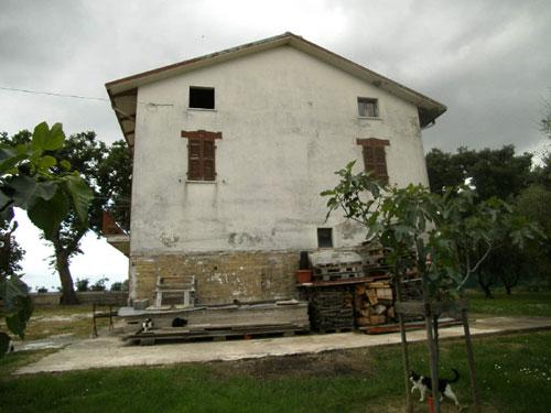 italien landhaus kaufen renovierungsbed rftig in marche haus 1897 casa bianca. Black Bedroom Furniture Sets. Home Design Ideas