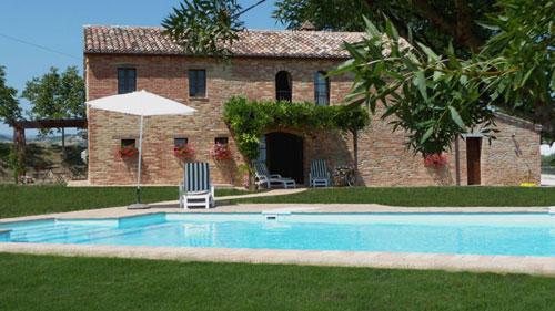 italien landhaus kaufen restauriert in marche haus 2022 casale con grande terreno e piscina. Black Bedroom Furniture Sets. Home Design Ideas